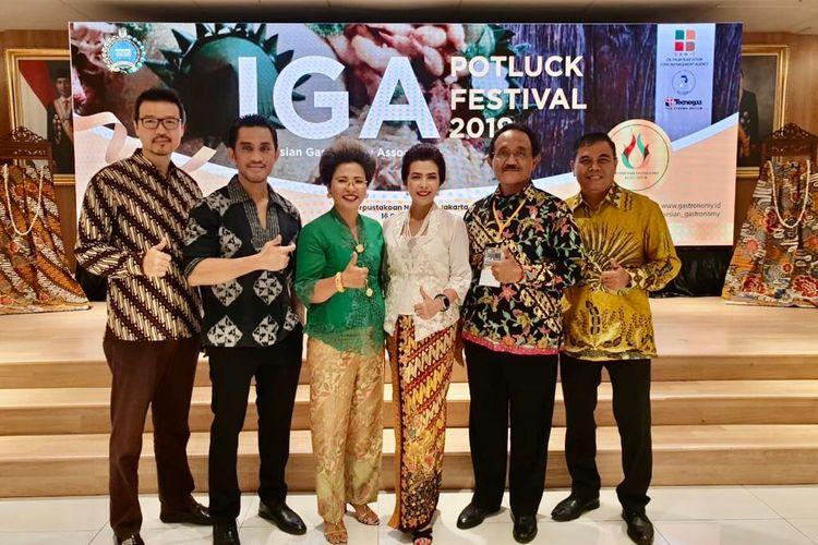 Presiden dan Member Indonesian Gastronomy Association (IGA) berfoto dalam acara IGA Potluck Festival 2019 di Perpustakaan Nasional, Jakarta, Rabu (16/10/2019).