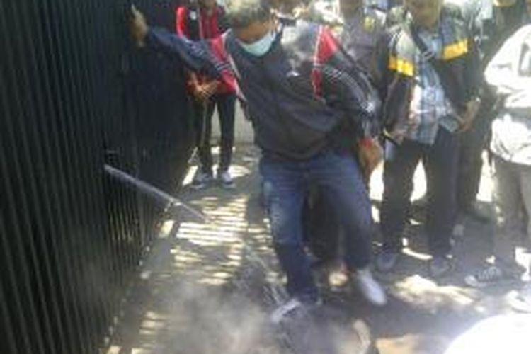 Ban yang dibakar mahasiswa HMI Surabaya dimatikan polisi.