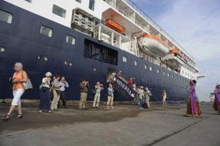 Turis dari Eropa yang menggunakan kapal pesiar Minerva tiba di Pelabuhan Tanjung Emas, Kota Semarang, Jawa Tengah, Senin (7/1/2013). Turis yang berkunjung ke Jawa Tengah diperkirakan meningkat seiring dengan banyaknya kapal pesiar yang akan bersandar di Pelabuhan Tanjung Emas.
