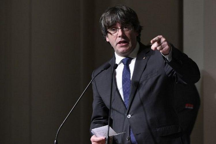 Presiden tersingkir Catalonia, Carles Puigdemont, berbicara di depan 200 pendukungnya di Brussels, Belgia. (7/11/2017)