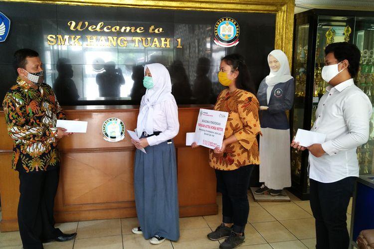 Yayasan AHM menyalurkan beasiswa senilai Rp 350 juta kepada 203 pelajar dan 37 guru honorer.