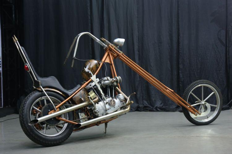 Harley-Davidson Ironhead 1974 bergaya chopper long fork garapan Saikin Garage