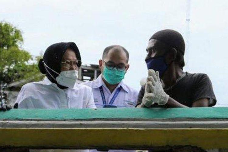 Hari pertama berdinas sebagai Menteri Sosial, Tri Rismahirini alias Risma menemui seorang pemulung di kawasan aliran Sungai Ciliwung, belakang kantor Kementerian Sosial.