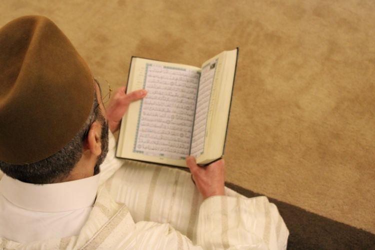 Ilustrasi membaca Al Quran ketika Ramadhan.