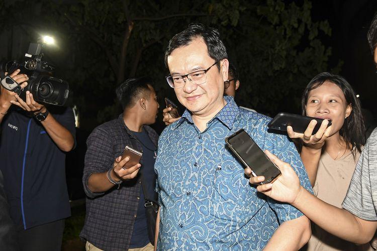 Komisaris PT Hanson International Tbk (MYRX) Benny Tjokrosaputro berjalan meninggalkan gedung bundar Kejaksaan Agung usai diperiksa sebagai saksi di Jakarta, Senin (6/1/2020). Benny Tjokrosaputro diperiksa sebagai saksi terkait kasus dugaan korupsi di PT Asuransi Jiwasraya (Persero). ANTARA FOTO/Nova Wahyudi/foc.