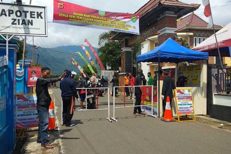 Dua desa di Kabupaten Tasikmalaya, Cisayong dan Rajapolah menerapkan karantina mandiri demi mencegah pemudik masuk asal zona merah corona dengan penjagaan ketat setiap jalan akses masuk kedua wilayah itu, Selasa (2/4/2020).