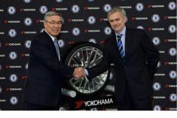 Manajer Chelsea, Jose Mourinho (kanan).