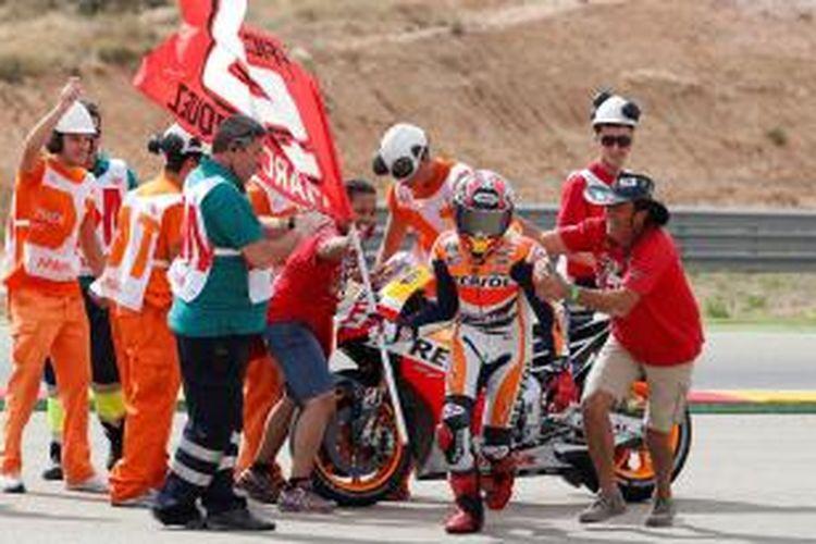 Pebalap Repsol Honda asal Spanyol, Marc Marquez, merayakan kemenangannya di GP Aragon, yang berlangsung di Sirkuit MotorLand, Minggu (29/9/2013).
