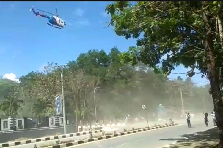 Polisi mengunakan helikopter dalam membubarkan aksi mahasiswa di perempatan Mapolda Sultra saat aksi peringatan setahun kematian dua rekannya (Foto istimewa)