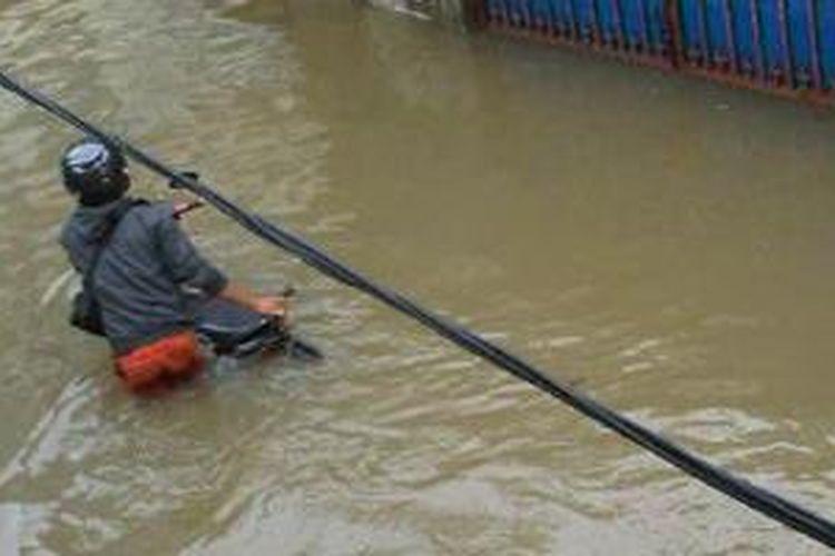 Kondisi banjir di Jalan Jelambar 2, Jakarta Barat.
