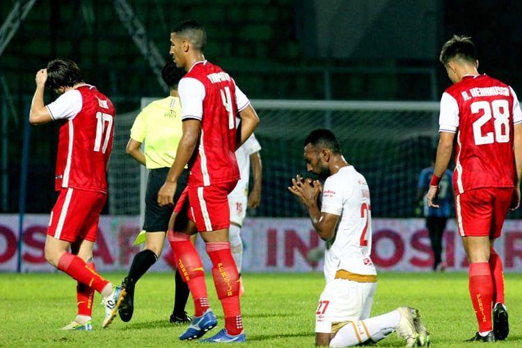 Penyerang PSM Makassar, Patrich Wanggai, bersujud merayakan golnya ke gawang Persija Jakarta pada laga fase grup Piala Menpora 2021 yang berlangsung di Stadion Kanjuruhan, Malang, Senin (22/3/2021) malam WIB.