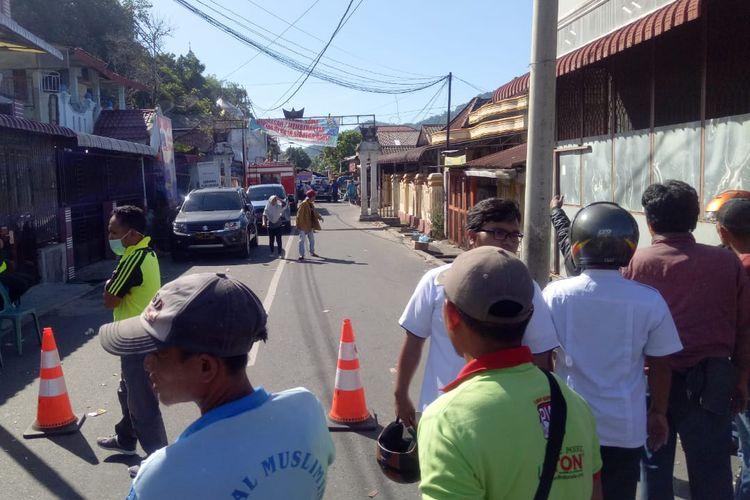 Kepolisian Resor Sibolga masih menutup akses pascakejadian ledakan 2 kali dini hari, Rabu (13/3/2019).