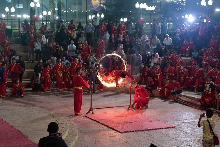 Atraksi loncat api dalam Festival Pencak Silat yang digelar oleh KBRI Kairo, Mesir, pada Sabtu (15/9/2018) di Algezira, Kairo. (KBRI Kairo, Mesir)