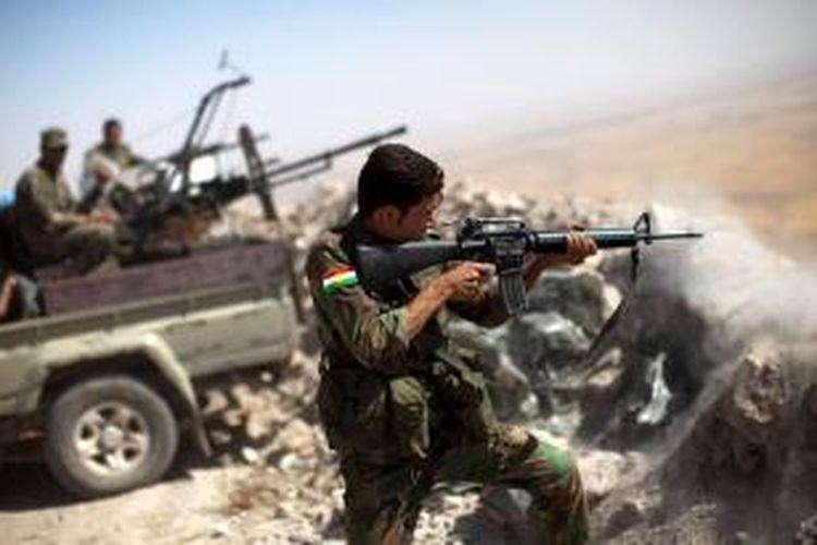Pasukan Peshmerga Kurdi menembaki posisi ISIS dari puncak Gunung Zardak di sebelah timur kota Mosul.
