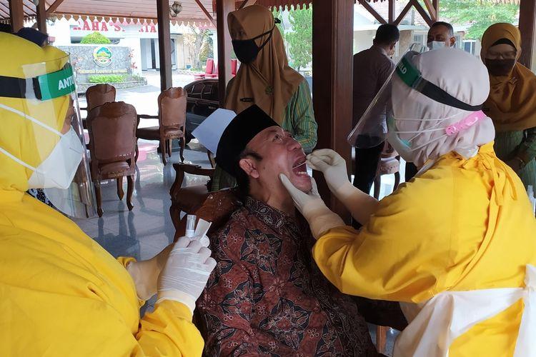 Bupati Banyumas Achmad Husein menjalani tes swab di Pendapa Sipanji Purwokerto, Kabupaten Banyumas, Jawa Tengah, Kamis (2/7/2020).