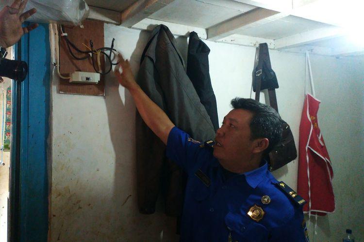 Dinas Kebakaran dan Penanggulangan Bencana (Diskar PB) Kota Bandung menunjukkan sambungan listrik tanpa meteran yang berpotensi menjadi penyebab kebakaran di Pasar Sederhana, Rabu (26/6/2019).