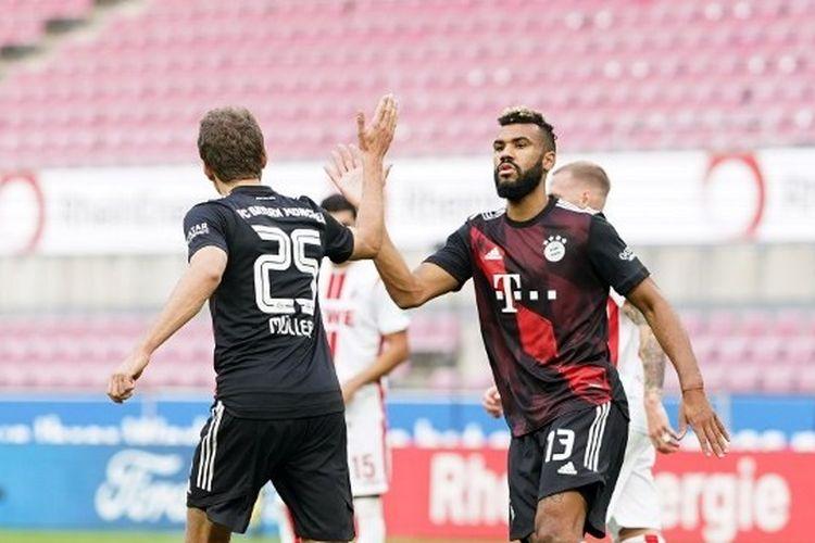 Thomas Mueller dan Eric Maxim Choupo-Moting merayakan gol dalam laga FC Koeln vs Bayern Muenchen yang digelar di Stadion RheinEnergie pada Sabtu (31/10/2020).