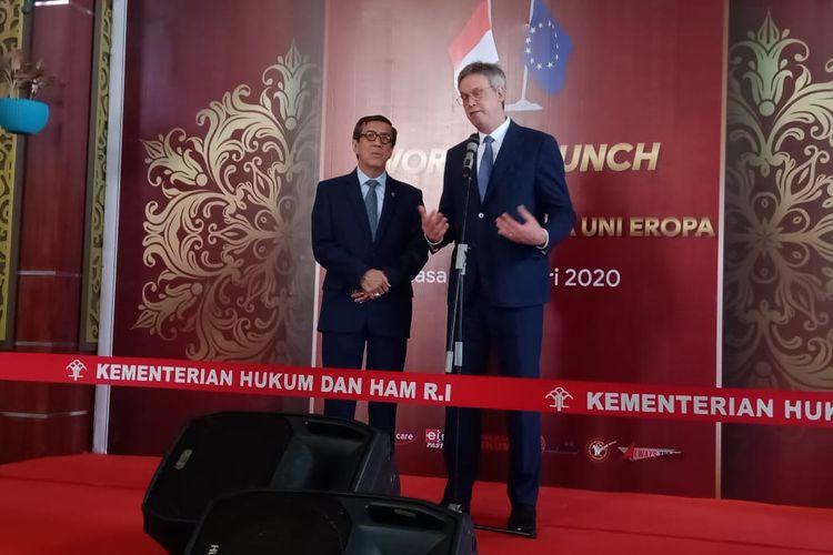 Menteri Hukum dan HAM Yasonna Laoly bersama Duta Besar Uni Eropa untuk Indonesia Vincent Piket di Kantor Kemenkumham, Jakarta Selatan, Selasa (14/1/2020).