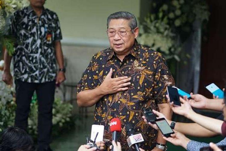 Presiden ke-6 RI Susilo Bambang Yudhoyono memberikan keterangan pers setelah menerima calon presiden nomor urut 02 Prabowo Subianto, Senin (3/6/2019), di Puri Cikeas, Jawa Barat. Prabowo Subianto menyampaikan belasungkawa atas wafatnya Kristiani Herrawati atau Ani Yudhoyono kepada  Presiden ke-6 RI Susilo Bambang Yudhoyono .