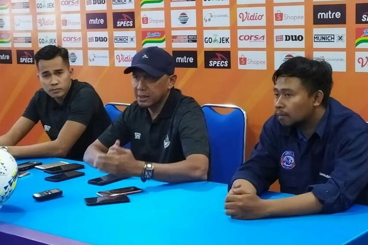 Pelatih PS Tira-Persikabo, Rahmad Darmawan (tengah), saat konferensi pera di Kantor Arema FC, Kota Malang, Jumat (28/6/2019)