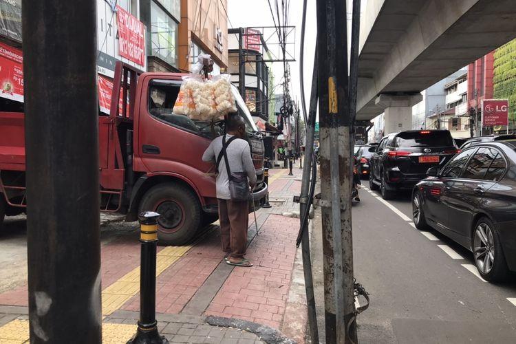 Ridwan (40), tunanetra penjual krupuk saat menabrak truk yang parkir hingga melewati jalur kuning khusus penyandang disabilitas di Jalan Panglima Polim, Pulo, Jakarta Selatan pada Jumat (26/2/2021) sore.