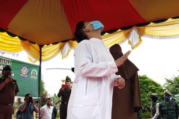 Terdakwa menjalani eksekusi cambuk di halaman Kajari Aceh Utara, Selasa (15/9/2020)