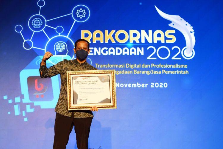 Mendikbud Nadiem Makarim menerima penghargaan dari LKPP