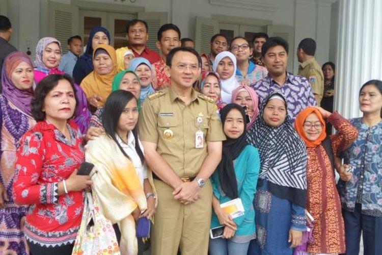 Gubernur DKI Jakarta Basuki Tjahaja Purnama atau Ahok tiba di Balai Kota, Senin (13/2/2017). Kedatangan Ahok sudah ditunggu warga yang telah memadati pendopo Balai Kota sejak pagi tadi.