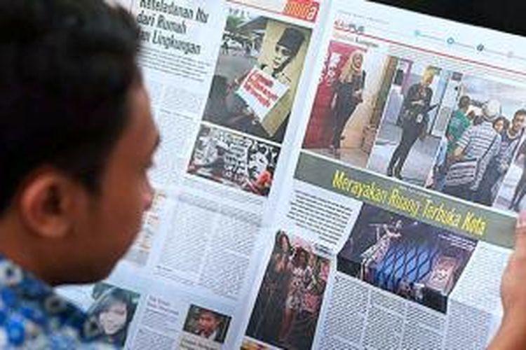 Pembaca membuka halaman rubrik Kompas Muda edisi 10 Maret 2015 di Jakarta, Senin (20/7). Harian Kompas mendapatkan penghargaan World Young Reader News Publisher of The Year dari World Association of Newspaper and News Publisher (WAN-IFRA).