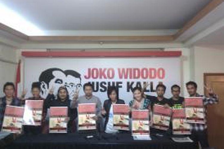 Suasana saat Slank dan beberapa artis lain menggelar konferensi pera terkait konser salam dua jari menuju kemenangan Jokowi-JK. Konferensi pers digelar di kantor media center Jokowi-JK, jalan Cemara 19, Menteng, Jakarta Pusat, Rabu (2/7/2014)
