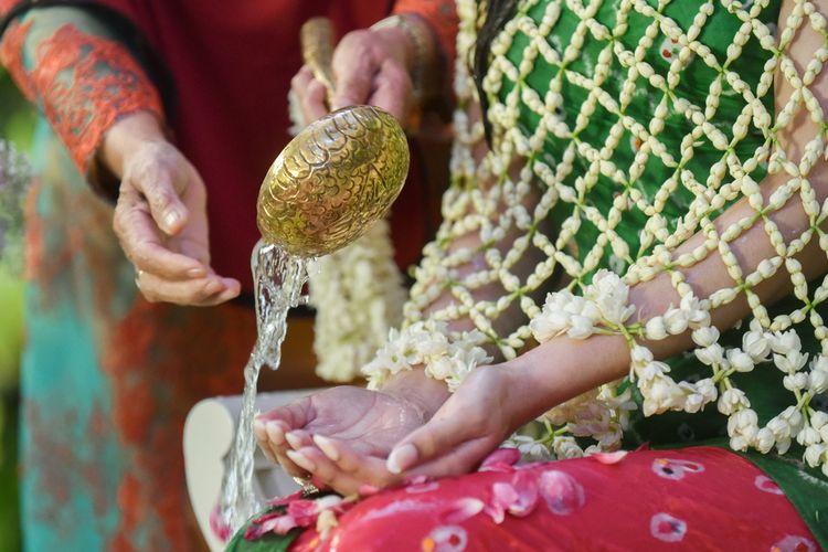 Upacara Siraman dalam rangkaian prosesi pernikahan adat Jawa.