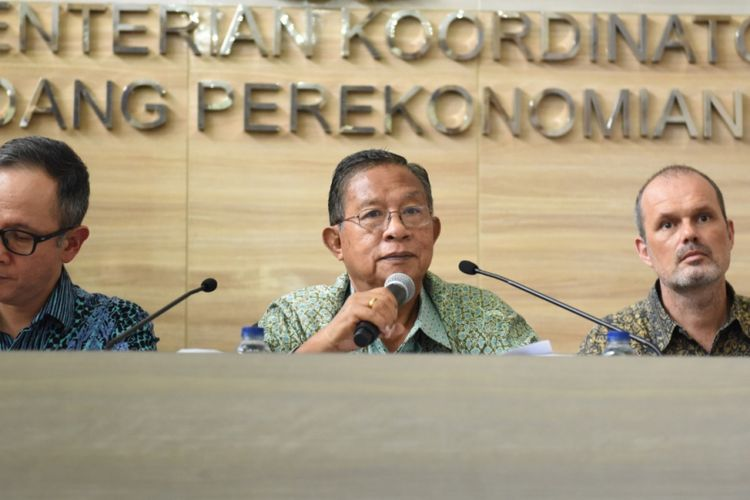 Menteri Koordinator Perekonomian Darmin Nasution (Tengah) saat konferensi pers di Kantor Kementerian Koordinator Perekonomian, Jakarta, Senin (4/2/2019)