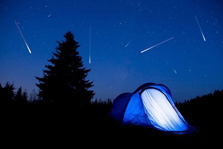 Ilustrasi fenomena langit, fenomena hujan meteor.