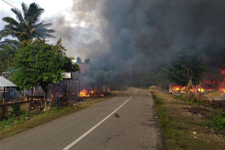 Kepulan asap hitam dari puluhan rumah yang dibakar di Desa Gunung Jaya usai terjadi keributan antar pemuda di perbatasan antara Desa Gunung Jaya  dan Desa Sampuabalo, Buton, Sulawesi Tenggara, Rabu (5/6/2019). Sebanyak 87 unit rumah dibakar setelah keributan antar pemuda dari dua desa berbeda di wilayah tersebut pada hari Rabu 5 Juni 2019 sekitar pukul 14.30 Wita, dan akibat  kejadian tersebut ratusan warga terpaksa mengungsi di Desa Laburunci, Buton.