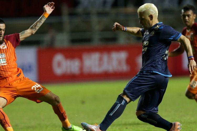 Pemain Arema FC, Cristian Gonzales (kanan) berebut bola dengan pemain Pusamania Borneo FC, Diego Michiels pada pertandingan final Piala Presiden 2017 di Stadion Pakansari, Cibinong, Bogor, Minggu (12/3/2017). Arema FC tampil menjadi juara Piala Presiden 2017 setelah menang dengan skor 5-1.