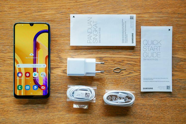 Kelengkapan Galaxy M30s termasuk kabel USB tipe C, earphone (3,5mm), berikut Adaptive Fast Charger 15 watt.