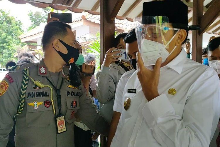 Gubernur Banten Wahidin Halim saat meninggalkan ruang vaksinasi Covid-19 di Pendopo Tangerang, Kota Tangerang, Banten, Kamis (14/1/2021).