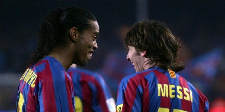 Ronaldinho (kiri) berbincang dengan Lionel Messi saat Barcelona melawan Athletic Bilbao pada partai La Liga di Stadion Camp Nou, 15 Januari 2006.