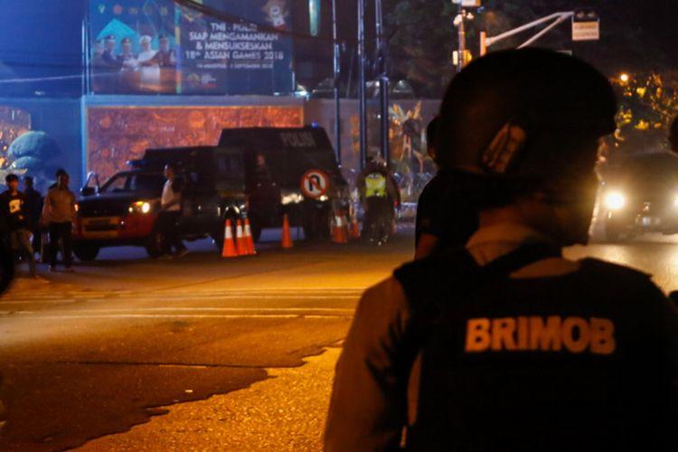 Sejumlah petugas berjaga di Mako Brimob, Depok, Jawa Barat, Rabu (9/5/2018). Beredar kabar telah terjadi keributan di dalam Rutan Mako Brimob, informasi yang didapat menyebutkan terdapat anggota brimob yang disandera dan senjata api mereka yang dirampas.
