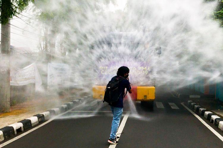 Dua unit kendaraaan water canon milik Polda Metro Jaya dikerahkan untuk melakukan penyemprotan cairan disinfektan di wilayah Tebet Timur, Tebet, Jakarta Selatan pada Senin (23/11/2020) sore.