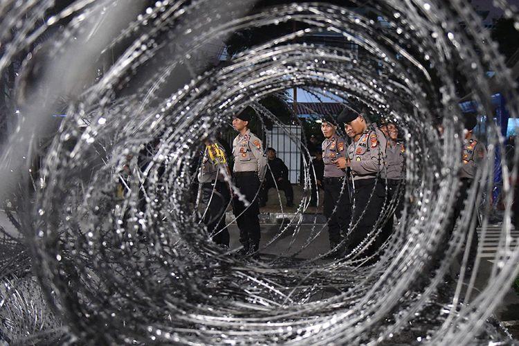 Sejumlah personel kepolisian berjaga di depan kantor KPU, Jakarta, Senin (20/5/2019). Aparat kepolisian memperketat penjagaan gedung KPU dengan menutup Jalan Imam Bonjol, Menteng, Jakarta Pusat, yang berada persis di depan Kantor KPU pada Senin (20/5/2019) malam untuk kedua arahnya.