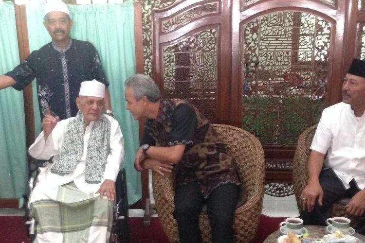 Gubernur Jateng Ganjar Pranowo silaturrahmi ke kediaman tokoh kharismatik Kudus KH Syaroni Ahmad, Selasa (14/3/2017)
