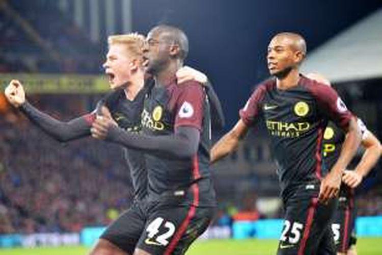 Gelandang Manchester City, Yaya Toure (tengah), merayakan golnya  bersama Fernandingo (kanan) dan Kevin De Bruyne (kiri) setelah membobol gawang Crystal Palace di Selhurst Park pada 19 November 2016.
