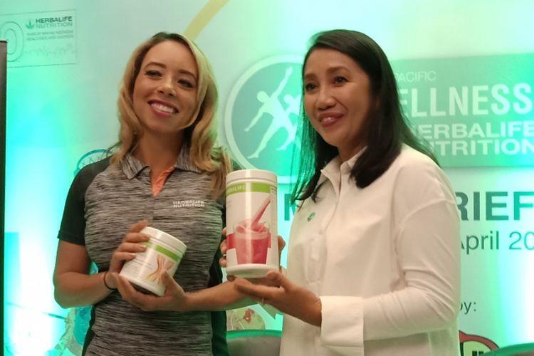 Vice President Worldwide Sport Performance & Fitness Herbalife Nutrition, Samantha Clayton dan Senior Director & General Manager Herbalife Andam Dewi di Hotel Mulia Senayan, Rabu (18/4/2018).