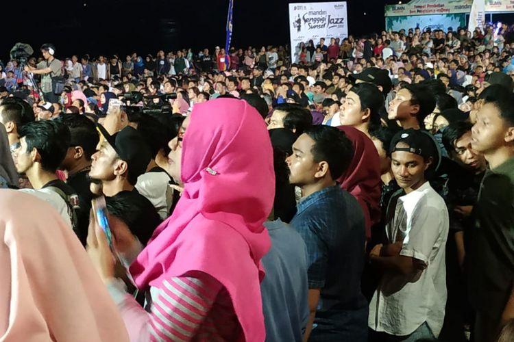 Ribuan orang menonton Senggigi Sunset Jazz 2018 yang digelar di Pantai Senggigi, Lombok Barat, Minggu (9/12/2018).