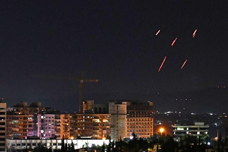 Pertahanan Udara Suriah menanggapi rudal Israel yang menargetkan selatan ibu kota Damaskus, pada 20 Juli 2020.