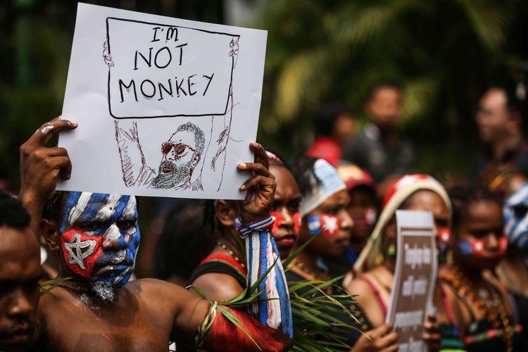 Mahasiswa Papua menggelar aksi demonstrasi di Jalan Medan Merdeka Utara, Jakarta Pusat, Rabu (28/8/2019). Massa aksi menuntut agar rasialisme terhadap rakyat Papua dihentikan dan menuntut pemerintah membuka kembali akses internet di Papua.