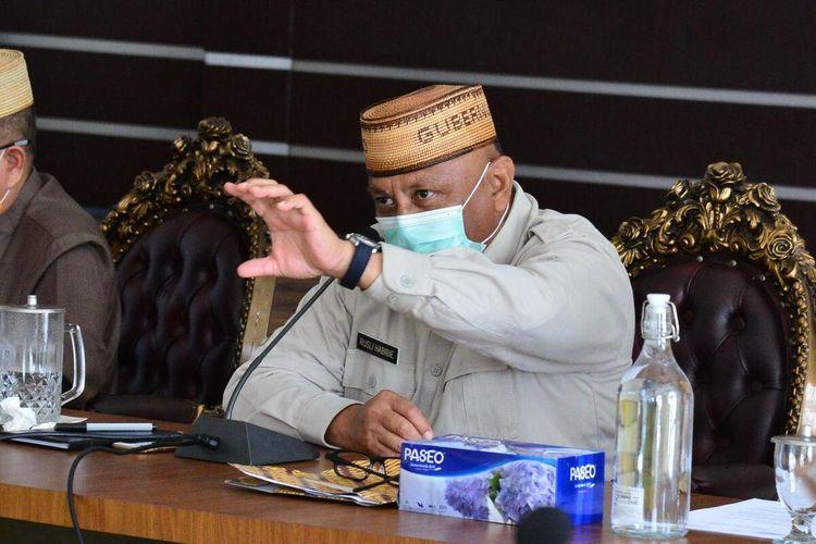 Gubernur Gorontalo, Rusli Habibie saat menggelar rapat video konference bersama walikota/bupati dan Forkopimda membahas kebijakan sertelah usulan Pembatasan Sosial Berskala Besar (PSBB) ditolak pemerintah pusat.