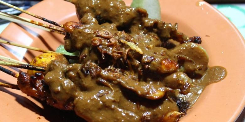 Tampilan hidangan sate jampur di Sate Apjay yang terdiri dari sate daging dada ayam, dan sate telur kulit.