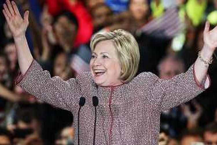 Hillary Clinton mengenakan jaket Armani seharaga Rp 173 juta